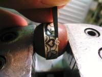 「毛彫りタガネ」でリングのふちを掘っていきます